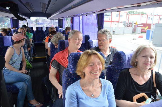 Glade korister busses til hotellet.